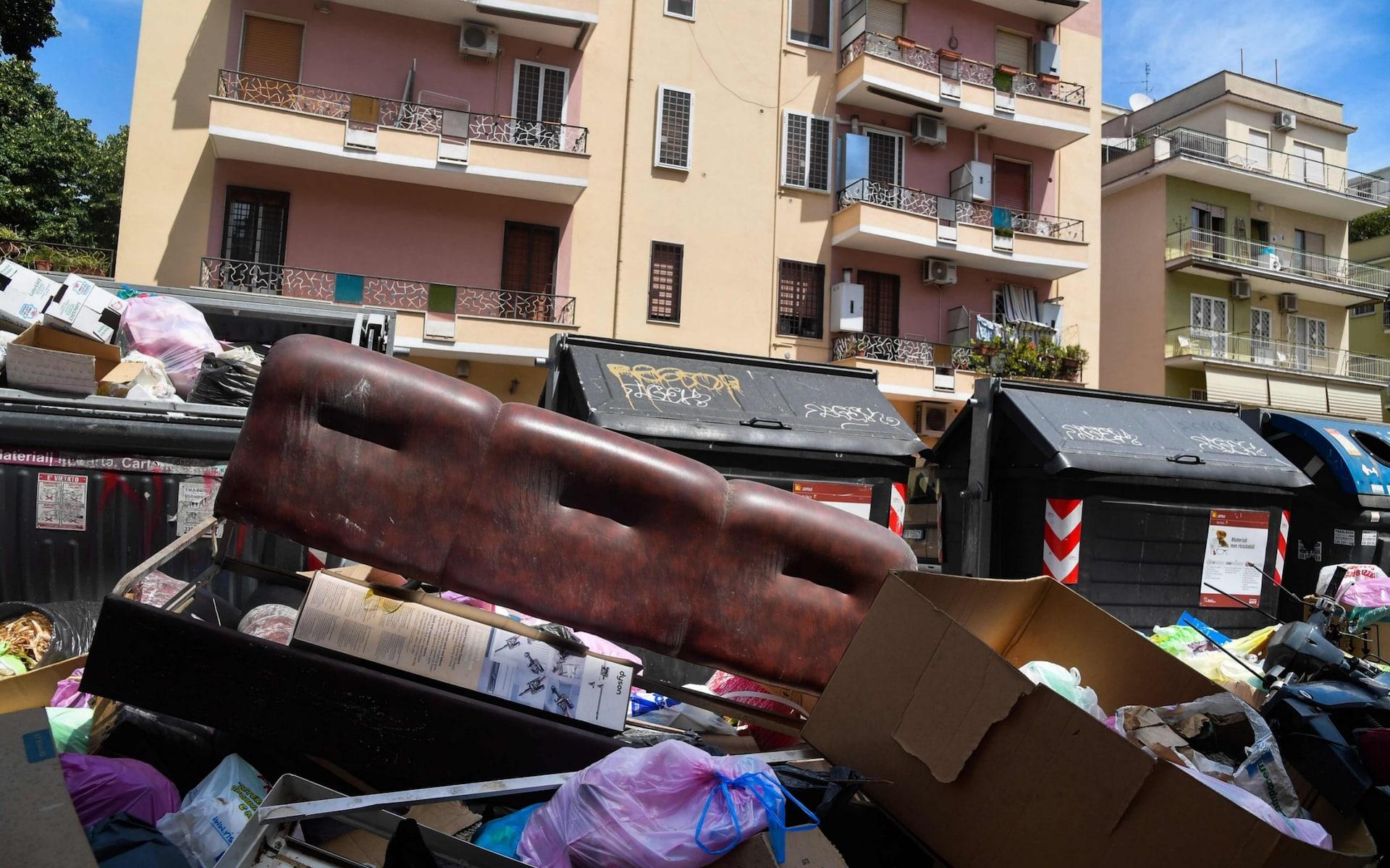 تصاویر روز: تجمع زباله در خیابانهای شهر رم تا تعمیر بخشهای آسیب دیده کلیسای نتردام در فرانسه