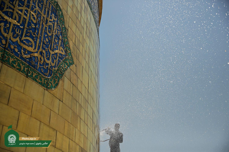 تصاویری بینظیر از مراسم شستشوی گنبد منور حرم امام رضا(ع)