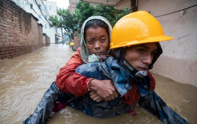 تصاویر روز: از وقوع سیل در نپال تا حرکت ناو جنگی انگلیس در آبهای ترکیه