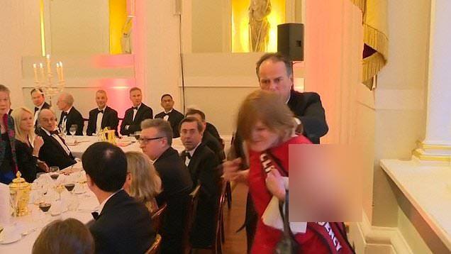 حمله فیزیکی معاون وزیر خارجه انگلیس به یک زن! + فیلم////دوشنبه صبح