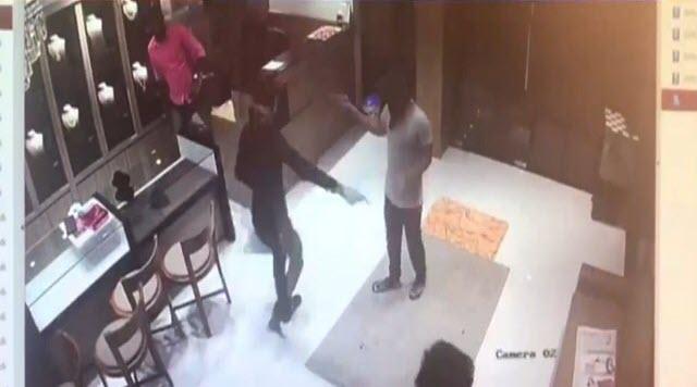 لحظه دستگیری سارق مسلح در داخل مغازه طلافروشی + فیلم///دوشنبه صبح