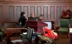 لحظه وحشتناک حمله خانواده مقتول به قاتل در جلسه دادگاه! +فیلم