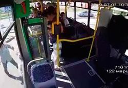 صحنه وحشتناک پرش مادر و فرزند از اتوبوس +فیلم