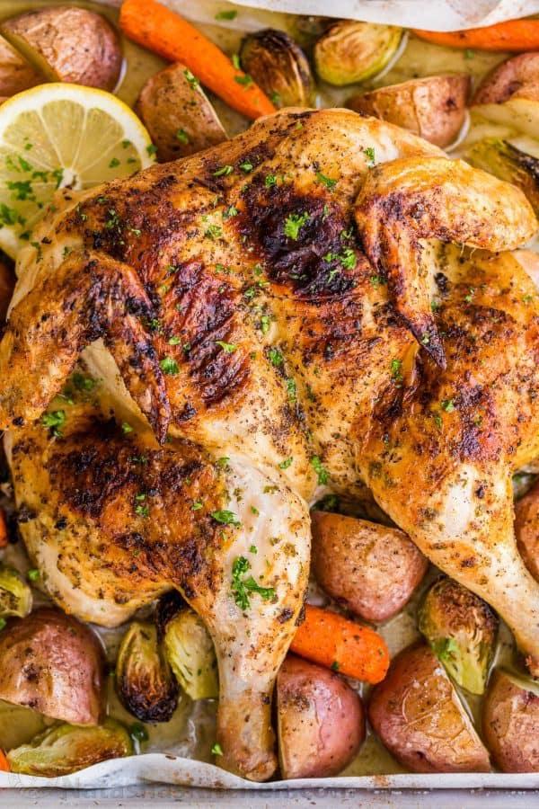 کباب مرغ در فر با مرغ کامل و طعم دار شده به همراه سبزیجات برشته + دستور تهیه
