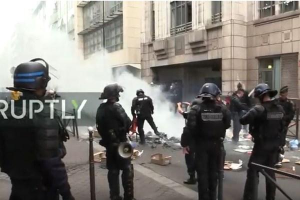 درگیری مخالفان دولت با پلیس در روز ملی فرانسه