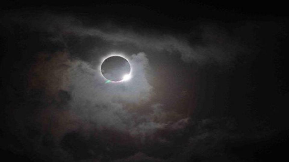 آسمان امشب؛ عبور زیبای زمین از میان خورشید و ماه + تصاویر