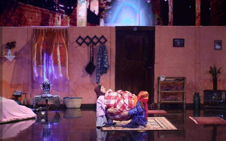 نشانه گیری گرگ درون آدمی با چاقو در صحنه عصر جدید/ گرامیداشت مقام مادر در آواز نمایشی شرکت کننده جوان+ فیلم