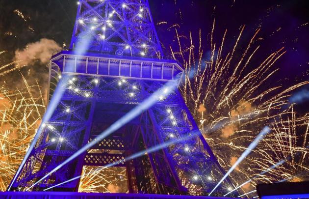 تصاویر روز: از برگزاری مراسم آتش بازی اطراف برج ایفل فرانسه تا تجمع حامیان اردوغان در استانبول