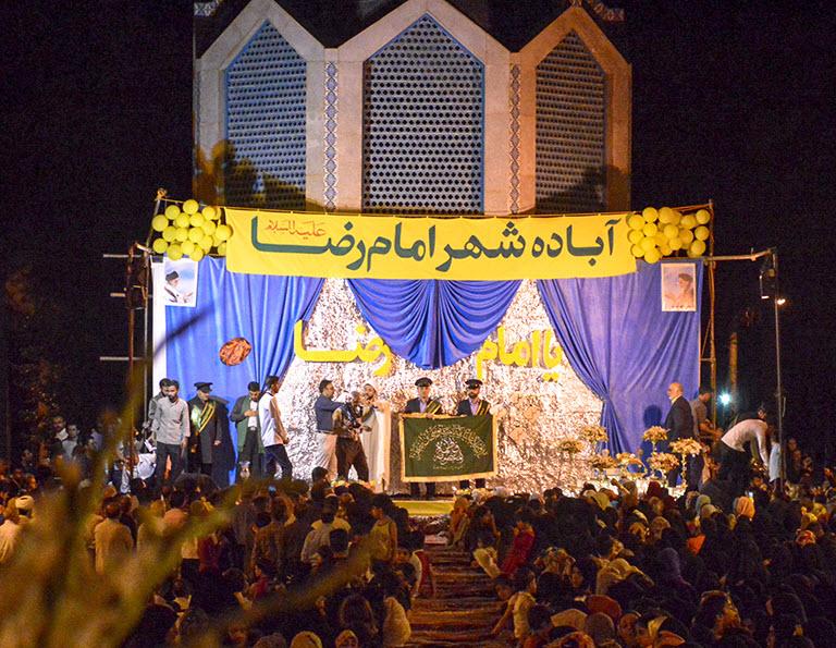 شهری که به استقبال از پرچم حرم امام رضا(ع) تمام قد ایستاد +فیلم