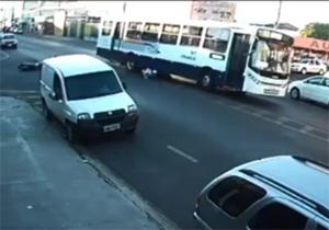 عاقبت تک چرخ زدن در فاصله ۳ متری اتوبوس + فیلم