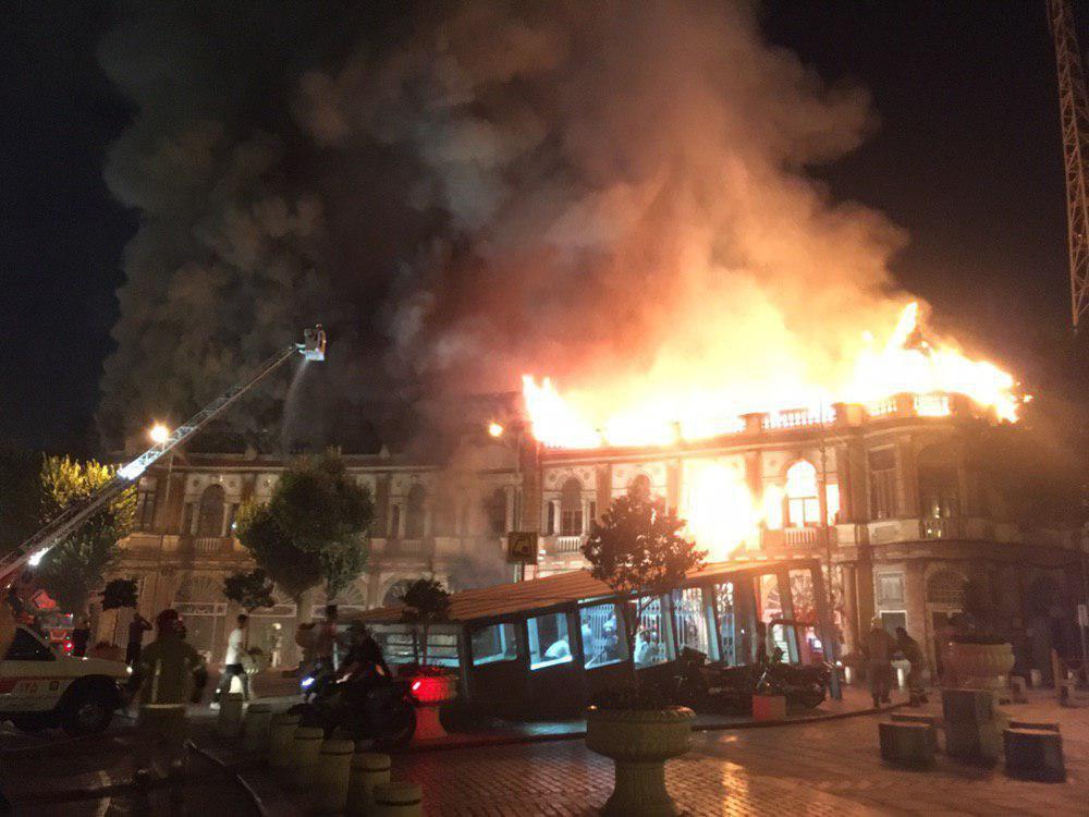حریق گسترده در میدان حسن آباد/ آتش به بافت تایخی میدان سرایت کرده است + فیلم