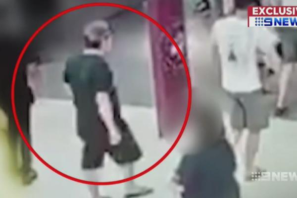 لحظه ربوده شدن دختر ۷ ساله در مرکز خرید + فیلم///