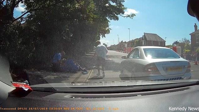 راننده کم طاقت در پشت چراغ قرمز حادثه ساز شد! + فیلم///
