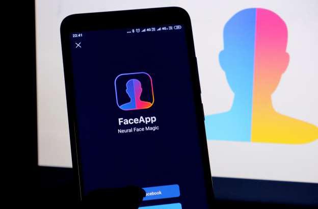 آموزش حذف اطلاعات از نرمافزار FaceApp