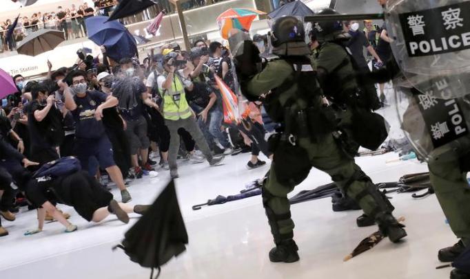 جهان در آیینه تصویر/ تصاویر هفته: از قطعی گسترده برق در نیویورک تا درگیری پلیس با تظاهرکنندگان در هنگکنگ