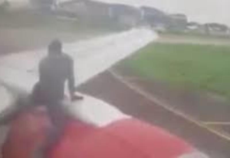 حرکت عجیب مسافری که به او اجازه پرواز داده نشد+فیلم