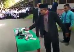 له کردن تلفن همراه دهها دانش آموز با چکش در مراسمی باشکوه! + فیلم