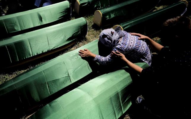 تصاویر روز: از تشییع ۸۶ قربانی نسل کشی در بوسنی و هرزگوین تا خداحافظی یک فضانورد ایتالیایی با خانواده اش