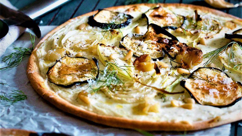 پیتزای خوشمزه با طعم سیر و بادمجان + دستور تهیه
