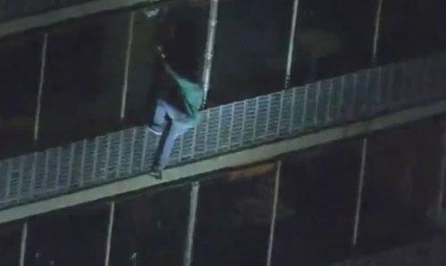 مرد شجاعی که بدون کمک از طبقه ۱۹ از آتش فرار کرد+تصویر