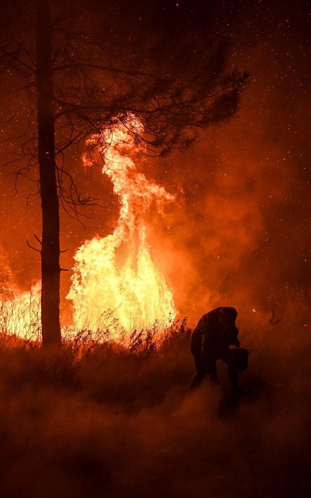 تصاویر روز: از پرتاپ فضاپیمای سایوز به ایستگاه فضایی بینالمللی تا فرار روستاییها از شعلههای آتش در پرتغال