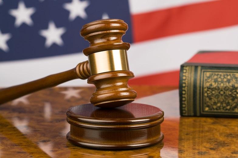 خودکشی یک آمریکایی هنگام محاکمه در دادگاه با بریدن گلوی خود