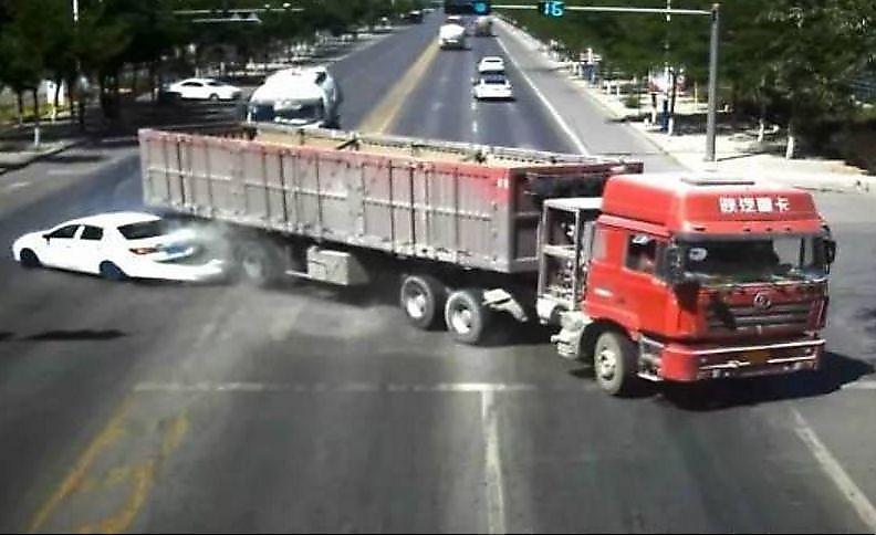 کنترل استادانه راننده کامیون برای جلوگیری از تصادف +فیلم