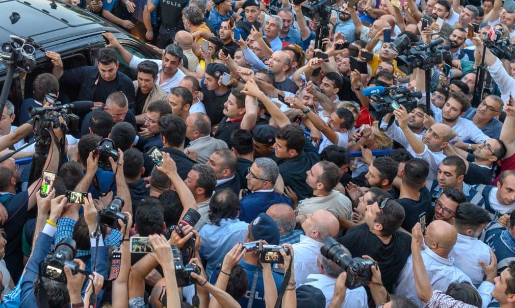 تصاویر روز:  از محاصره شهردار جدید استانبول بوسیله خبرنگاران در ترکیه تا کنفرانس مطبوعاتی فضانوردان سابق آمریکا در سوئیس