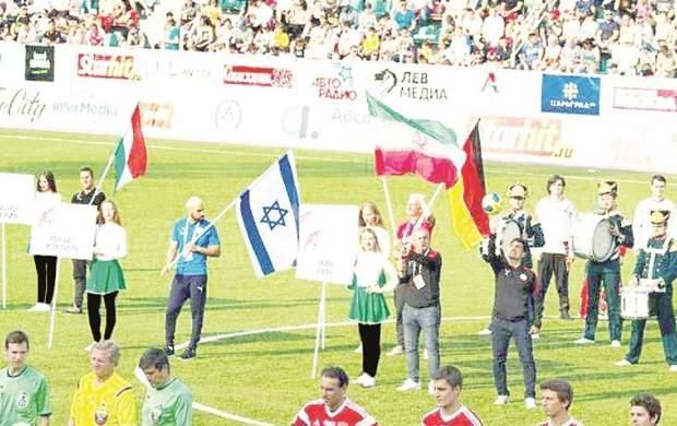 رژه هنرمندان ایران کنار پرچم کشور جعلی