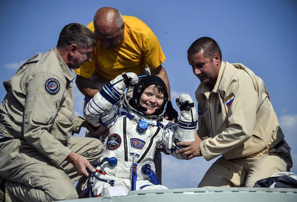 تصاویر روز: از کمک به فضانورد ناسا برای خروج از کپسول خود در قزاقستان تا اعتراض فعالان محیط زیست در فیلیپین