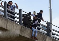 اولین فیلم منتشر شده از تلاش دختر جوان برای پرت کردن خود از روی پل هوایی