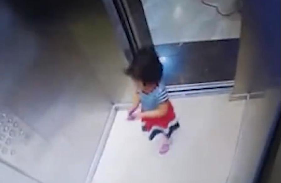 نجات معجزهآسای یک کودک در لحظه حرکت آسانسور +فیلم