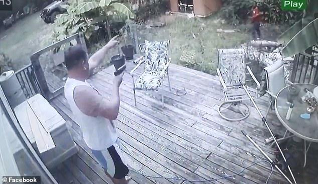لحظه غافلگیر شدن دزد توسط صاحبخانه! + فیلم
