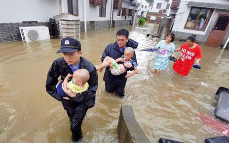تصاویر روز: از وقوع توفان سهمگین در چین تا نظارت مستقیم رهبر کره شمالی بر آزمایش موشکی این کشور