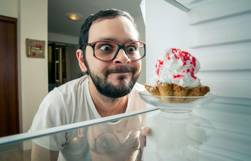 چرا هوس شیرینی شبها بیشتر میشود و چه باید کرد؟