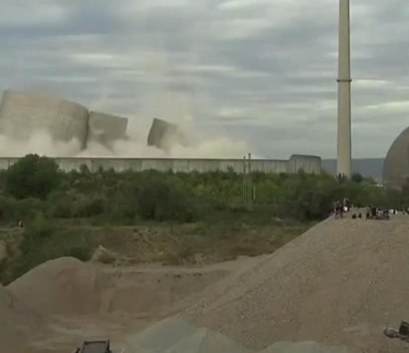برج خنک کننده یک نیروگاه هستهای در آلمان تخریب شد + تصاویر