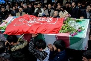 غباروبی گلزار شهدای وادی رحمت تبریز توسط جمعی از آزادههای دفاع مقدس