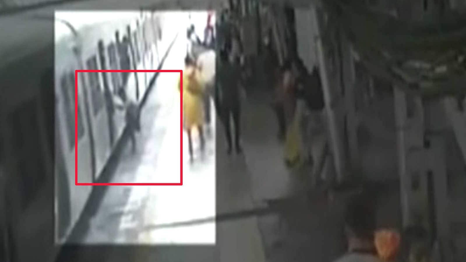 لحظه سقوط مسافر به داخل شکاف حین سوار شدن قطار! + فیلم
