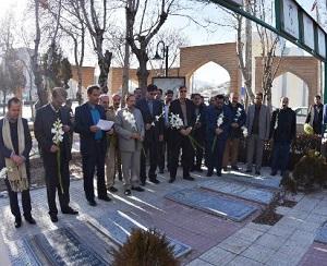 آزادگان استان مرکزی قبور شهدا را گلباران کردند