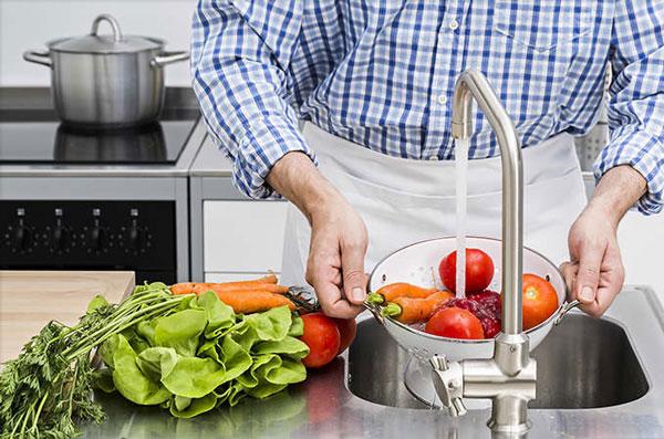 محلولهای ضدعفونی، بهترین راه میکروب زدایی میوه و سبزیجات