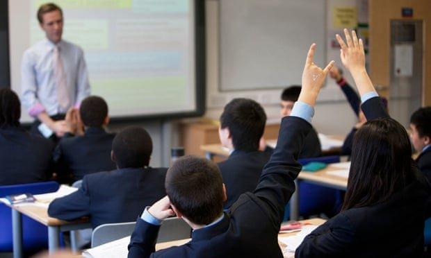 کارشکنی مدارس انگلیس با اجباری کردن لباسهای فرمِ گرانقیمت و جوراب های برند