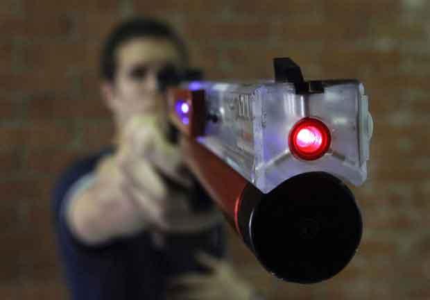 مسابقه تیراندازی با اسلحه لیزری با حضور تعدادی از آزادگان شهرستان ایلام