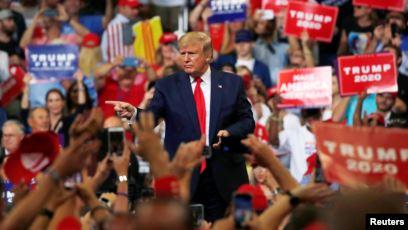 گاف جدید ترامپ سوژه رسانه ها شد؛ وقتی رئیسجمهور آمریکا طرفدارش را با معترضان اشتباه میگیرد!