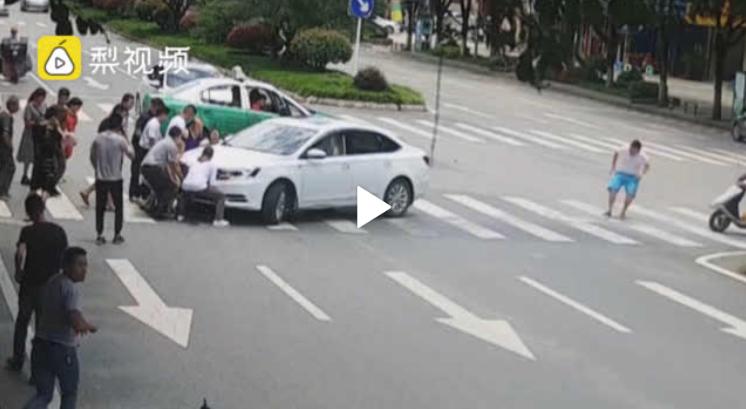 اقدام انساندوستانه عابران پس از تصادف رانندگی در خیابان + فیلم///صبح یکشنبه