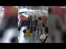 بلعیده شدن وحشتناک دست دختربچه چینی در پله برقی+فیلم