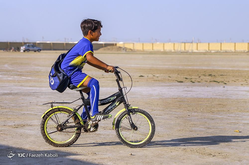 اهدای لباس ورزشی به بچه های سیلزده گمیشان توسط خیریه یارا