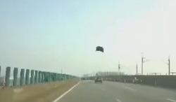 پرواز کاپوت در هوا موجب وحشت رانندگان شد +فیلم