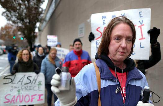 تجمع اعتراضی بیماران آمریکایی مقابل کنگره/ وقتی بهای دارو با وام مسکن در آمریکا برابری میکند