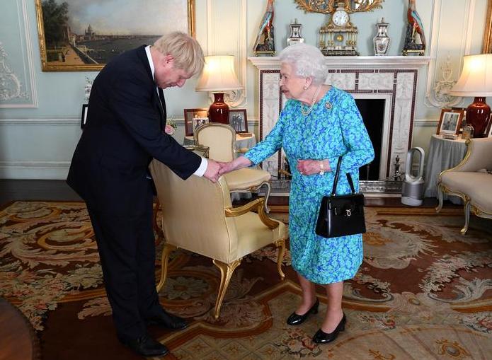تصاویر هفته: از سوگند خوردن رابرت مولر در مقابل کنگره آمریکا تا خوشامدگویی ملکه انگلیس به بوریس جانسون