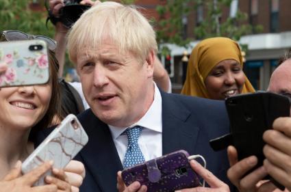 تصاویر روز: از نجات مهاجران غیرقانونی در آبهای لیبی تا سلفی بوریس جانسون با طرفدارانش در انگلیس